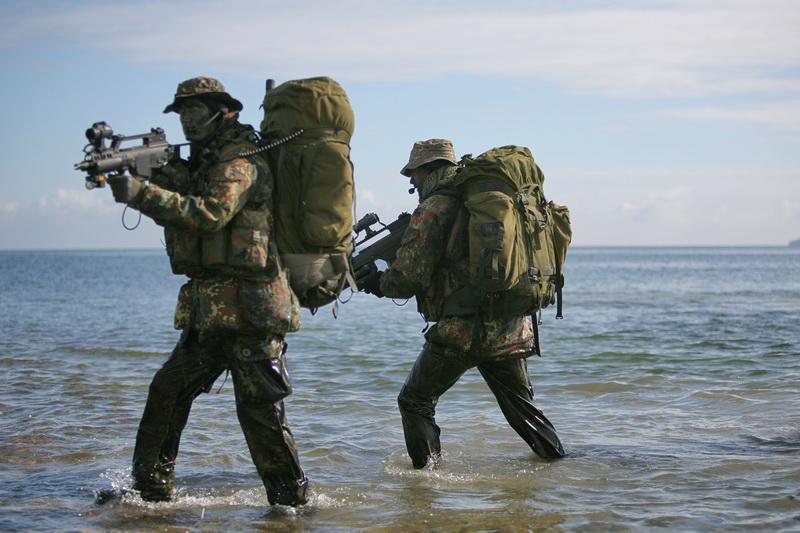 SEKM Soldaten während einer Anlandungsübung
