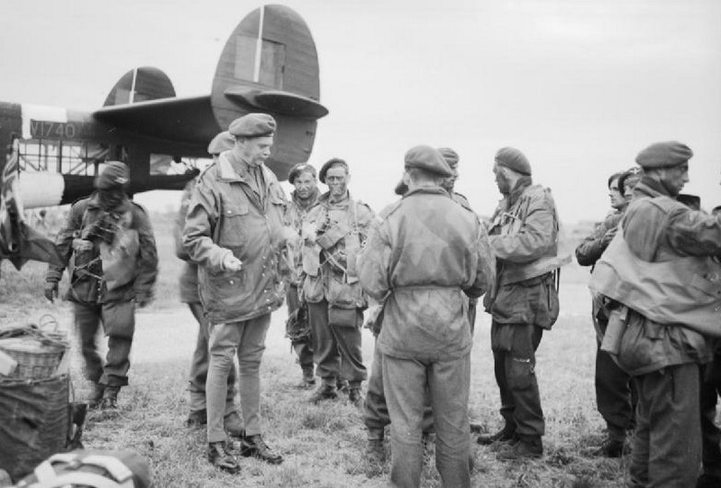 Major_General_Gale_talking_to_troops_of_5th_Parachute_Brigade_resize