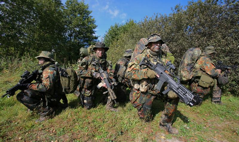 SEKM Soldaten sichern einen GelŠndabschnitt